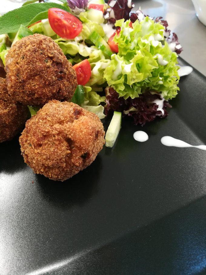 beispielbild eines frittiertes mit salat aus dem kochworkshop am permakulturhof ellersbacher